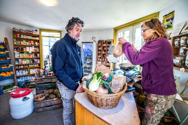 Biologische producten en die van eigen land worden verkocht bij tuinderij de Es in Haaren. Beeld Raymond Rutting / de Volkskrant