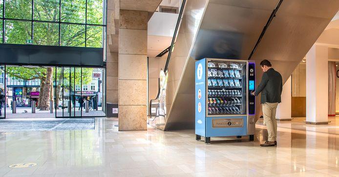 Een mondkapjesautomaat in Hoog Catharijne bij de uitgang naar Vredenburg.