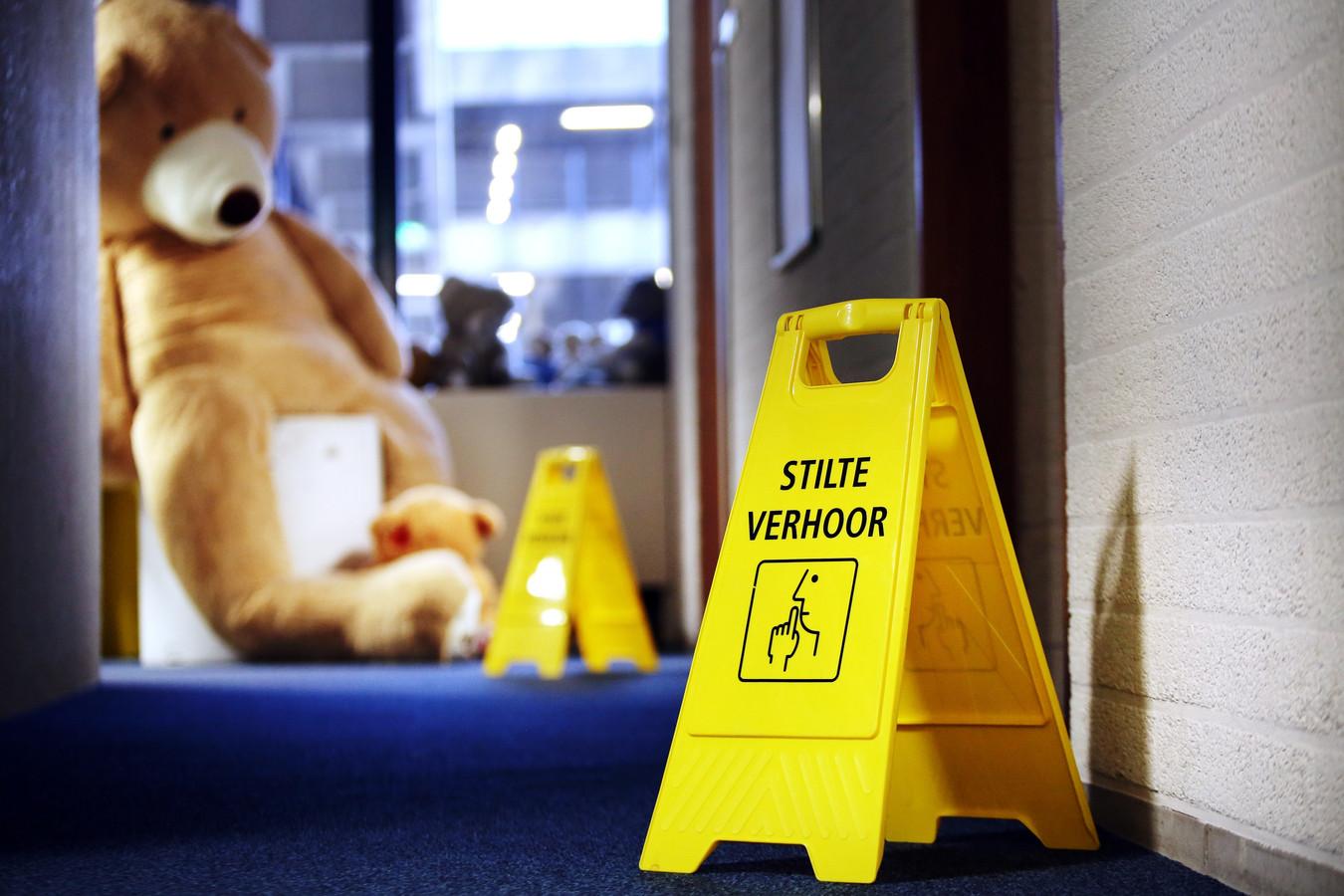 Op het politiebureau in Eindhoven zijn speciale verhoorstudio's voor zedenzaken uit Brabant, Zeeland en Limburg. Daar worden kinderen en kwetsbaren gehoord over seksueel misbruik.