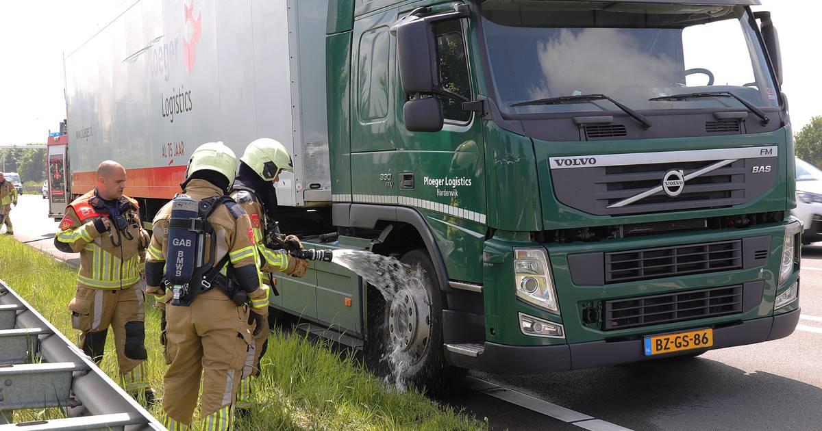Vrachtwagen met remproblemen zorgt voor file en botsing op N261 Waalwijk.