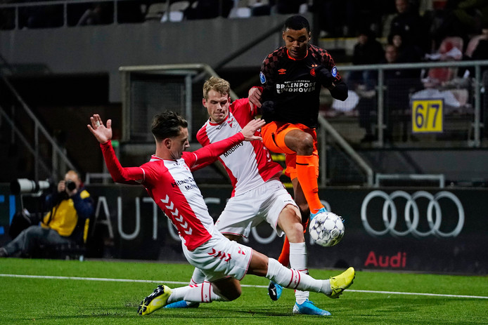 Cody Gakpo werd zondagavond dwarsgezeten door twee spelers van FCEmmen, waar PSV met 1-1 gelijkspeelde.