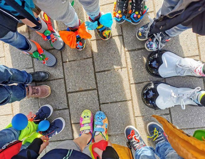 Carnaval in vrije basisschool 't Landuiterke in Denderleeuw. In de lagere school kwamen kleurrijke gekke schoenen en gekke kapsels aan bod.