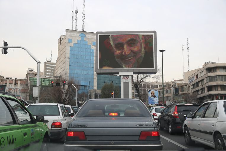 Op een billboard in de Iraanse hoofdstad Teheran prijkt een portret van de door de VS geliquideerde generaal Soleimani. Beeld EPA