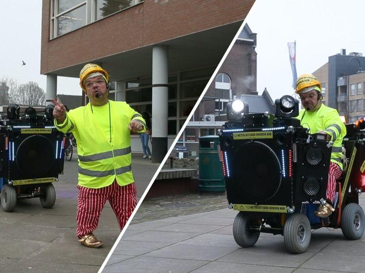 Ludieke actie: Clown Milko wijst scholieren op 1,5 meter afstand