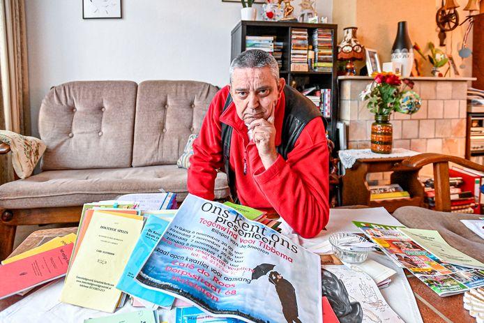 Adrie Jonkers is van toneelvereniging Ons Kent Ons uit Halsteren en heeft veel documentatie over de 40-jarige geschiedenis. OKO betreurt wel dat dat jubileum nu door corona niet gevierd kan worden.