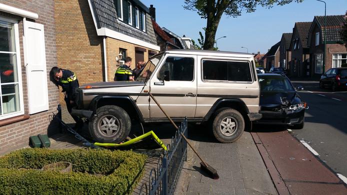 Een auto belandde donderdagmiddag in de voortuin van een huis in Dongen.