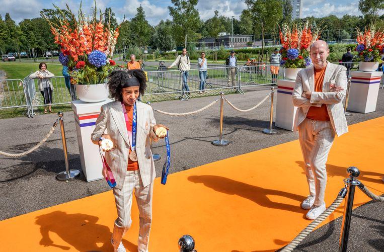 Sifan Hassan met haar medailles op Sportcampus Zuiderpark in Den Haag. De medaillewinnaars kregen een lunch aangeboden op de campus en maakten einde van de middag hun opwachting bij het koningspaar.  Beeld  Foto Raymond Rutting / de Volkskrant