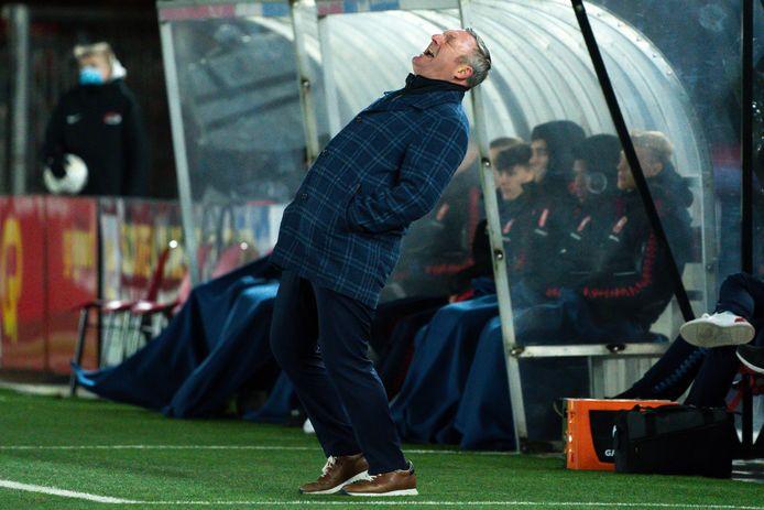 Ron Jans tijdens de wedstrijd tegen AZ. FC Twente verloor met 4-1 in Alkmaar.