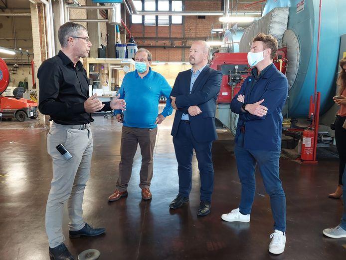 Schepen en IVAGO-voorzitter Bram Van Braeckevelt (Groen) krijgt uitleg over de stookruimte in het UZ Gent