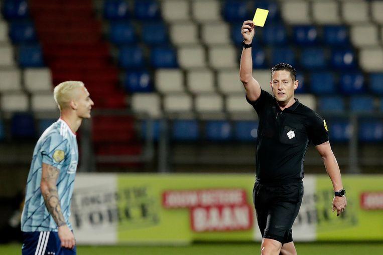 Scheidsrechter Jeroen Manschot geeft Antony geel na natrappen bij Wriedt.  Beeld BSR Agency