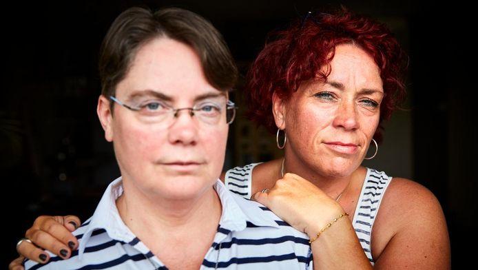 Margaret (r) en Rianne Lampers. ,,Er moeten mensen zijn die hem in de Gruttostraat hebben zien rijden,'' zegt Margaret.