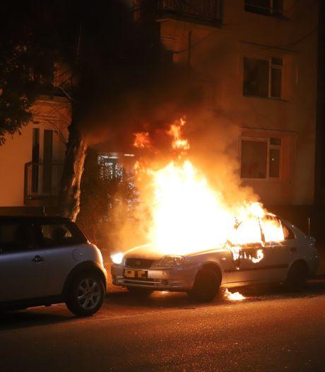 Rijswijker schrikt wakker van harde knal, auto brandt volledig uit