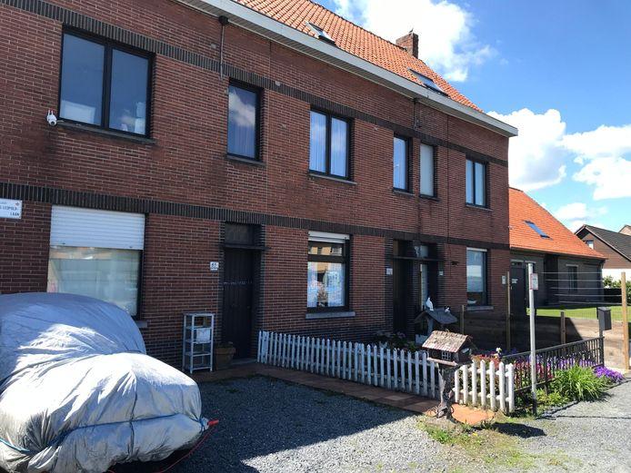 Links: het huis van het slachtoffer. Rechts: woning waar de minderjarige dader woonde.