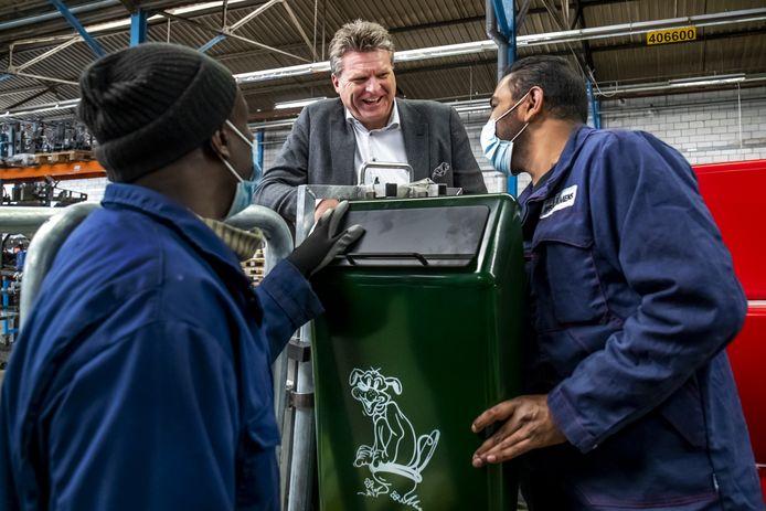 Directeur Michel Middendorp en medewerkers van Bammens in Maarssen, waar de tijdloze Capitole-afvalbakken worden geproduceerd.
