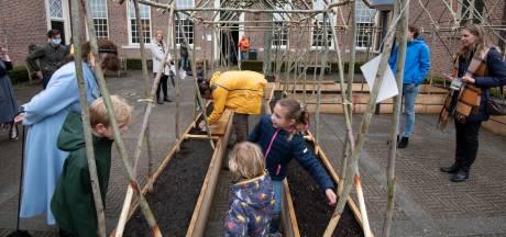 Kinderen planten bonen bij Culemborgs museum; genoeg voor een heel weeshuis