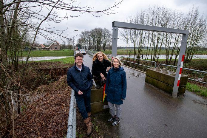 Marcel Stoel, Anita Laarman en Mieke Bosma van werkgroep bewoners Junne bij de huidige brug.