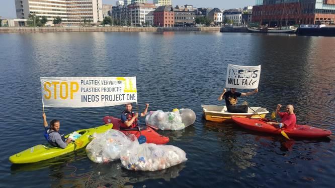 Milieuactivisten gooien plastic in Antwerps Bonapartedok