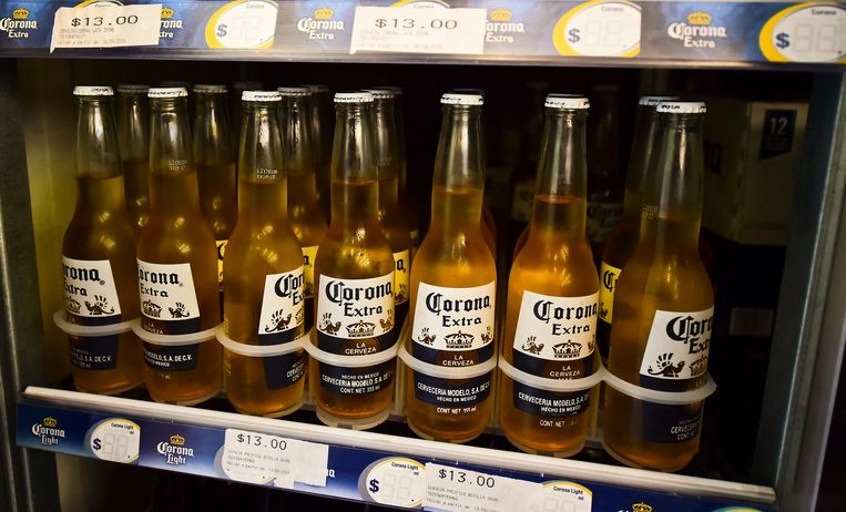 Ook Corona-bier zit in het assortiment van brouwer AB InBev. Beeld AFP