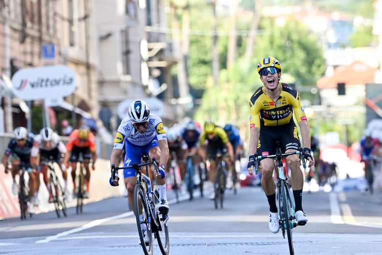 Wout van Aert verslaat zijn medevluchter Julian Alaphilippe op de Via Roma. Het is zijn eerste klassieke overwinning. Beeld BELGA