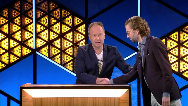 """""""Handen geven? Nu even niet Ben"""", aldus Wouter Beke Beeld RV"""