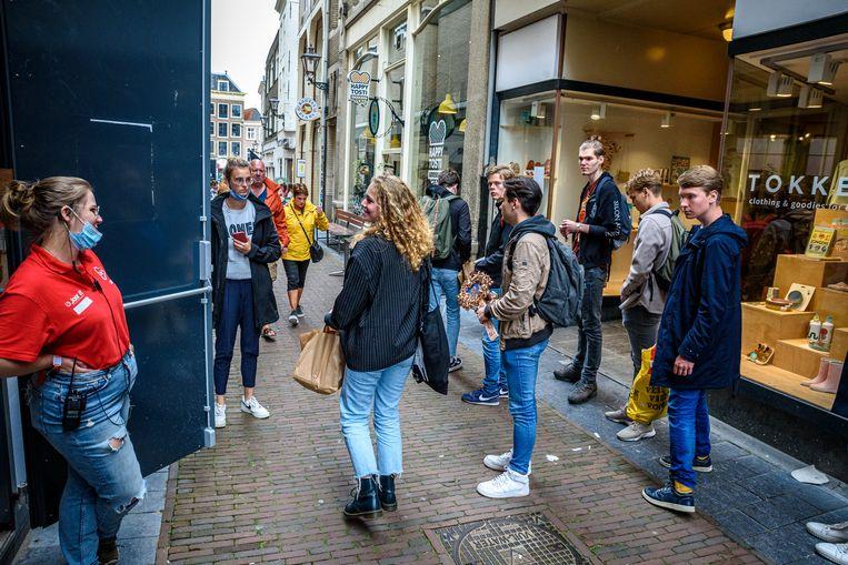 Deelnemers aan de introductieweek in Leiden wachten voor een testlocatie van de GGD in binnenstad.  Beeld Rob Dullemen
