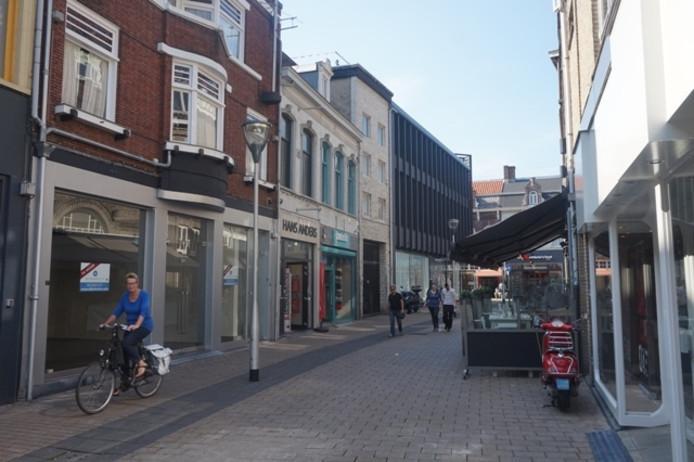 De Juliana van Stolbergstraat, links het voormalige pand van Donderzgoed