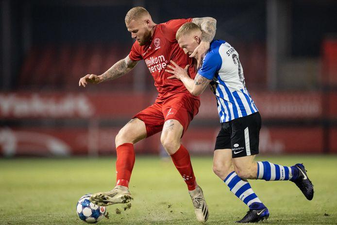"""Thomas Verheydt houdt in het shirt van Almere City Valentino Vermeulen van FC Eindhoven van zich af. ,,IJsselmeervogels was voor mij een mooie springplank naar het profvoetbal."""""""
