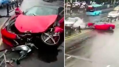 VIDEO. Vrouw crasht met Ferrari net nadat ze uit garage vertrekt