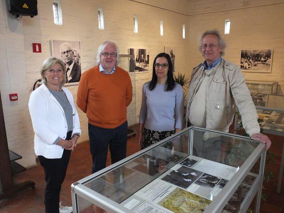 Cultuurschepen Barbara Lannoy-Hallums, voorzitter van de Latemse Kunstkring Freddy Bijn, cultuurfunctionaris Sophie Desmet en Johan Van Twembeke.