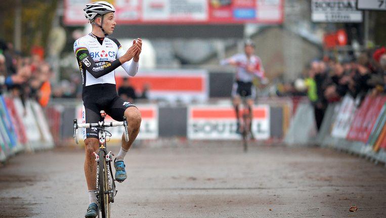 Applaus van de zegevierende Albert voor zijn jongere ploegmaat Mathieu van der Poel, die bij zijn profdebuut meteen tweede werd. Beeld BELGA