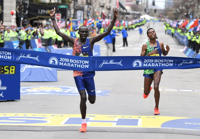 Lawrence Cherono (links) wint met één tel voorsprong voor Lelisa Desisa.