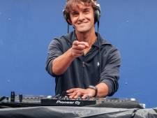 Met zijn rijdende podium geeft Haagse dj Bas een feestje op straat: 'De hele buurt doet mee'