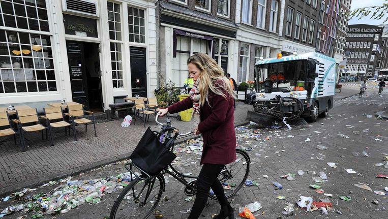 Schoonmaakploegen aan het werk na Koningsdag in Amsterdam. Beeld anp