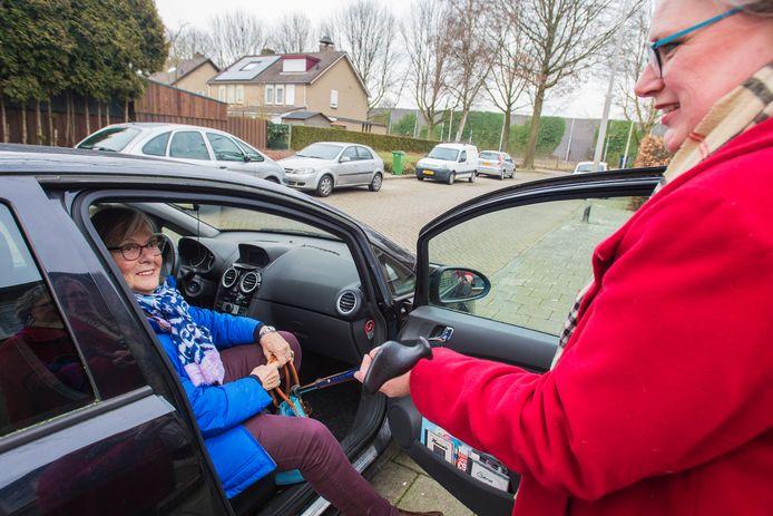 Vrijwilligster Mariëlle Stevens (rechts) helpt Jeanne le Blanc, die naar de dokter moet. Het is een schoolvoorbeeld van informele zorg via Alles voor Mekaar in Vlijmen.