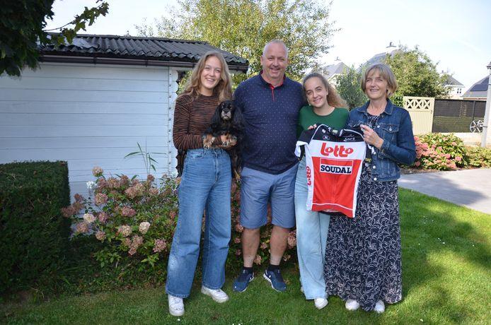 Florians zussen Febe (links) en Ine en ouders Noel en Isabelle zijn apetrots op hun zoon en broer.