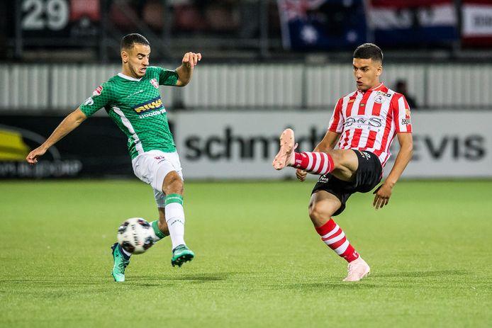 Spartaan Abdou Harroui verstuurt een passje.  Links Oussama Zamouri van FC Dordrecht.