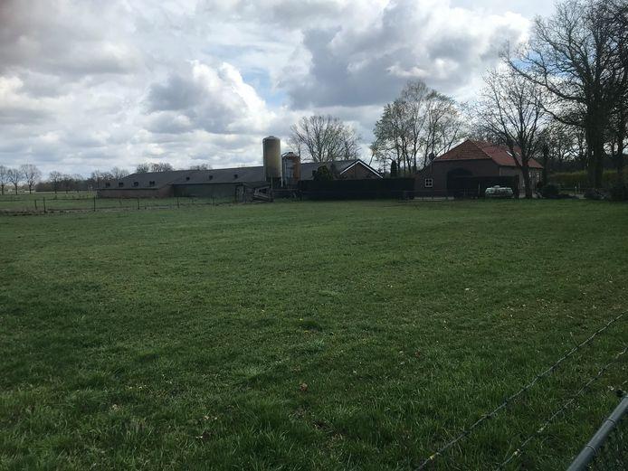 Het bedrijf van Jo Hermens aan de Peelweg in Zeeland, hij wil hier een stal bijbouwen voor 3.000 varkens.