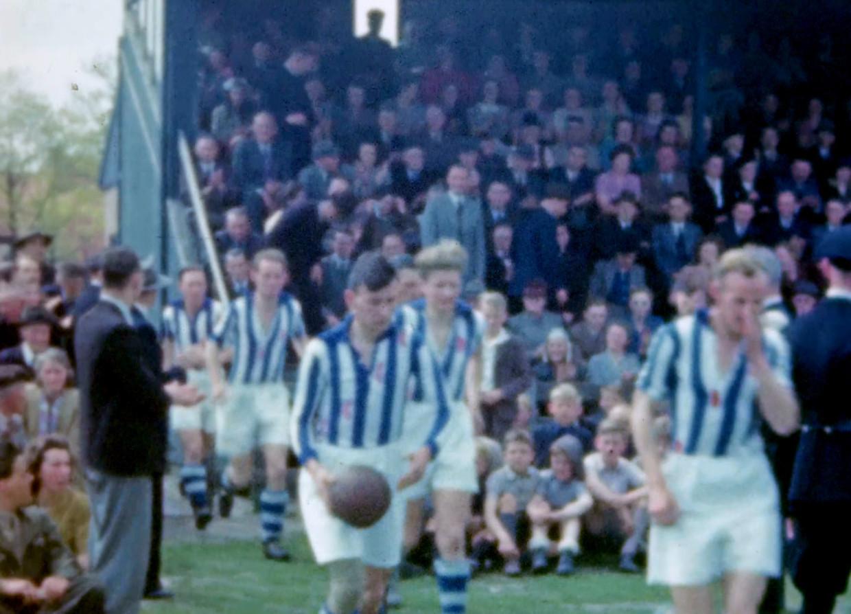 Abe Lenstra (met bal) komt het veld op voor Heerenveen-Haarlem op 6 mei 1948.