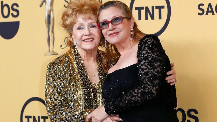 Debbie Reynolds (links) en Carrie Fisher in 2015.