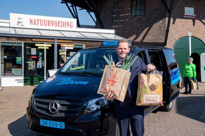 """Taxichauffeur Jan Begeman brengt de boodschappen voor molen De Lelie weg. ,,We moeten het toch samen doen."""""""