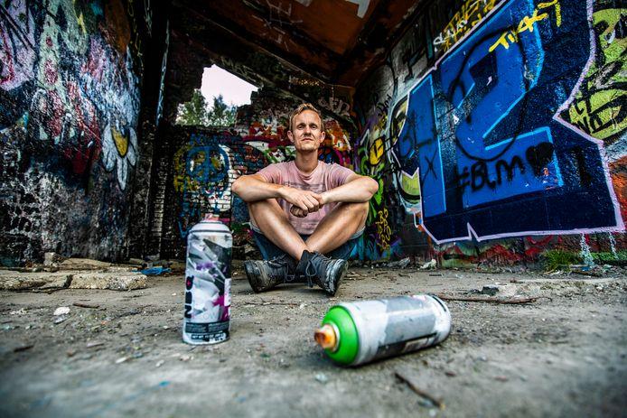 Tim Bergboer zit in Deventer bij graffitikunstwerken. Hij spoot eerst illegaal graffiti, maar nu niet meer.