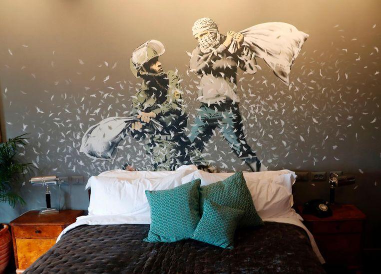 De kamers van het hotel in Bethlehem zijn versierd met kunstwerken van Banksy. Beeld null