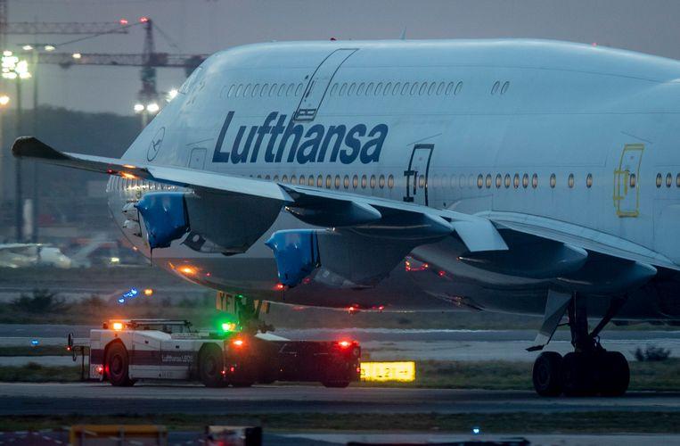 Een Boeing 747 van Lufthansa op het vliegveld van Frankfurt.  Beeld AP