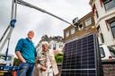 Een pijnlijke primeur aan de Welle voor Marco Slingerland en zijn onderbuurvrouw Hilde Tempelman. De zonnepanelen op hun dak werden zaterdagochtend weer weggehaald omdat het dak met zonnepanelen niet in het beeld van de stad zouden passen.