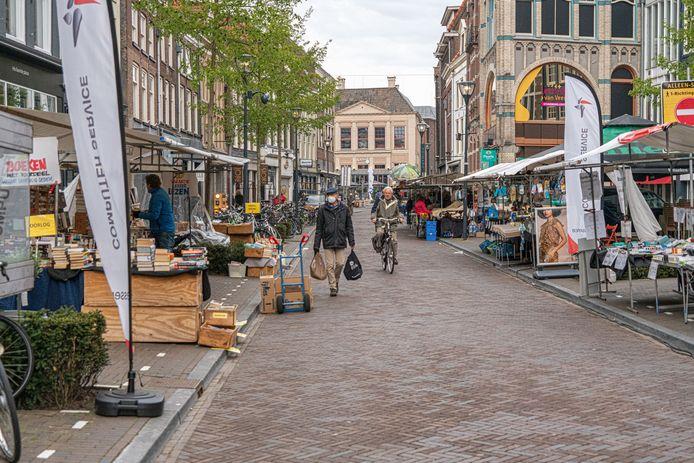 De 'nieuwe' zaterdagmarkt in Zwolle, met sinds afgelopen weekend ook de Oude Vismarkt vol kramen.