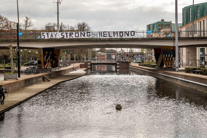 Spandoek in het centrum van Helmond, hangend aan de N270.