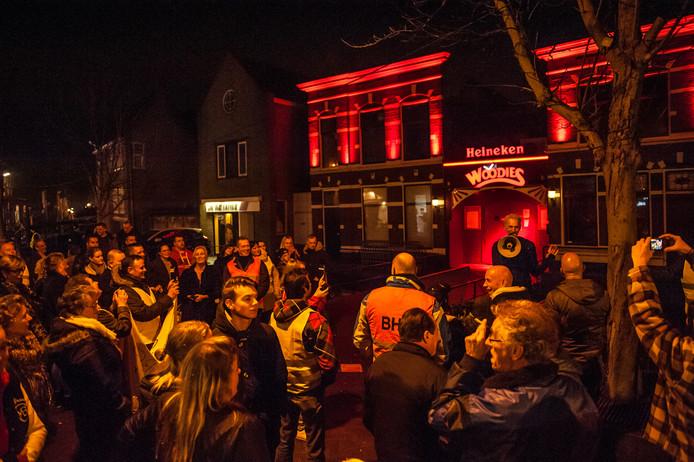 In maart protesteerden ongeveer 120 Gouwenaars luidkeels tegen de gedwongen sluiting van danscafé Woodies en café Lobbes.
