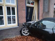 Porsche botst tegen huis in Kaatsheuvel, aannemer en timmermannen moeten komen om auto los te maken