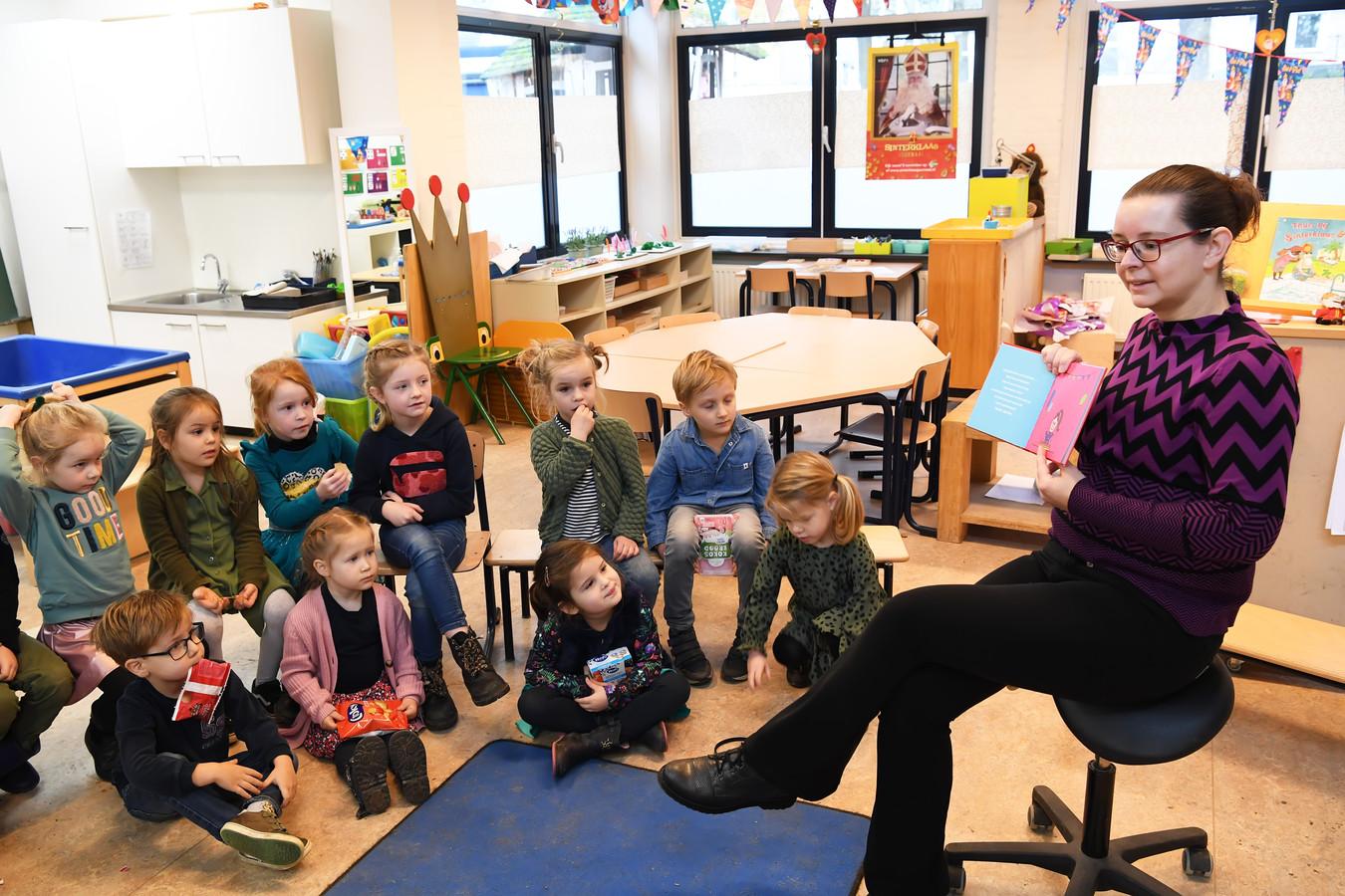 Martine Cools presenteert haar prentenboek in de klas van dochter Anne, die de hoofdrol vervult in het boek.