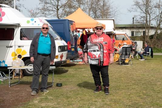 Jack Groeneveld uit Monster (l) van de evenementencommissie en voorzitter John Sterk uit Bladel van de VW Bus Club Nederland
